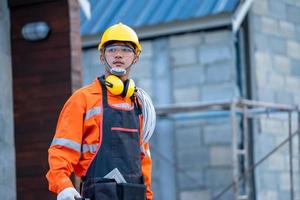 aannemer werkt op de bouwplaats foto