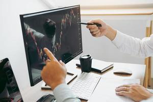 twee zakelijke professionals analyseren beurs