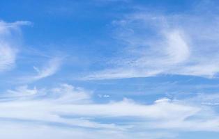 blauwe bewolkte hemel foto