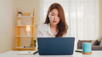 Aziatische zakenvrouw met behulp van laptop praten met collega's. foto