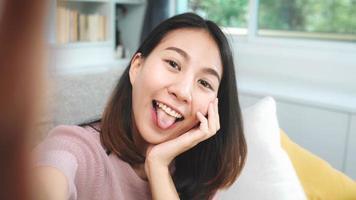 jonge Aziatische vrouwelijke tiener die technologie thuis gebruikt foto