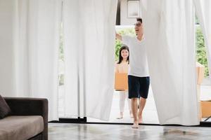 gelukkige Aziatische jonge familie in hun nieuwe huis foto