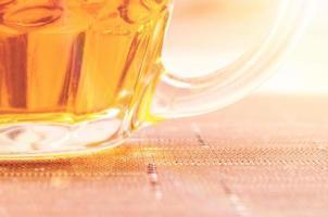 helder verlicht glas bier