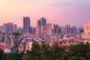 uitzicht over de stad macau bij avondschemering foto