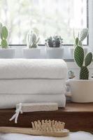 stapel gevouwen schone handdoeken op houten teller foto
