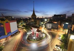 de poortboog en tempel, thailand, lange blootstelling