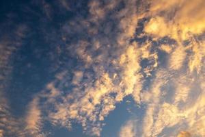 gele en oranje wolken en blauwe hemel
