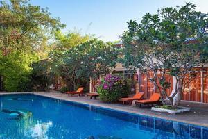 zwembad en stoelen bij hotel foto