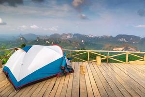 tent op houten dek foto