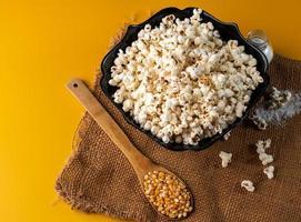 kom popcorn op gele achtergrond foto
