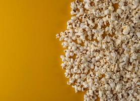popcorn op gele achtergrond