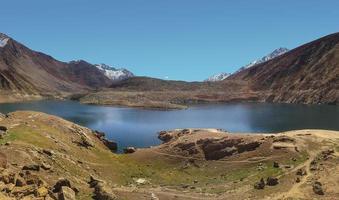 natuur landschapsmening van meer en bergketen foto