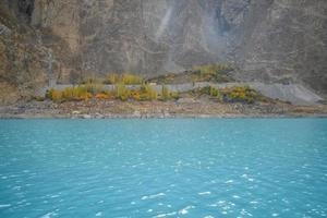 turkoois water van attabad meer