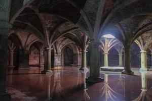 oude Portugese ondergrondse stortbak foto