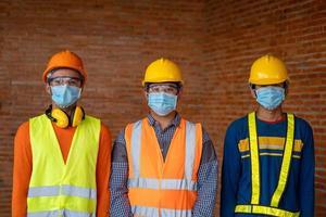 drie mannen die beschermende uitrusting dragen foto
