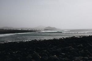 oceaan en bergen foto