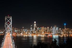 lange blootstelling uitzicht op de skyline van de stad foto
