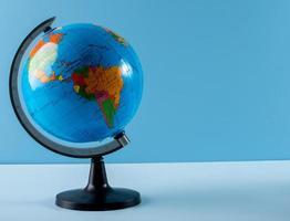 wereldbol op blauwe achtergrond