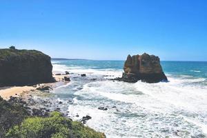 rotsformatie op het strand foto