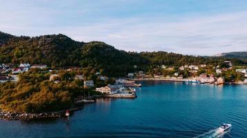 zeegezicht van kleine kustplaats foto