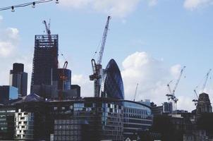bouwkranen op gebouw