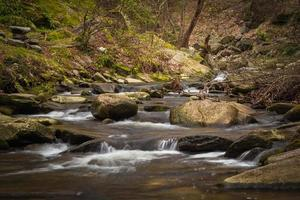 stenen in het midden van de rivier foto