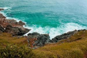 met gras begroeide klif in de buurt van de oceaan foto