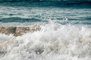 golven spatten op de wal foto