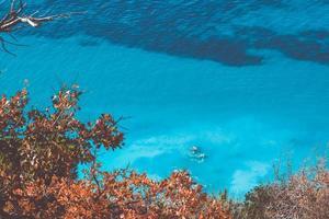 blauwe oceaanwateren foto
