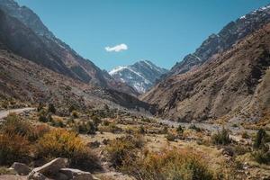 natuur landschapsmening van wildernisgebied in bergketen foto