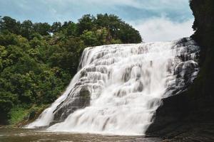 watervallen in de buurt van groene bomen foto
