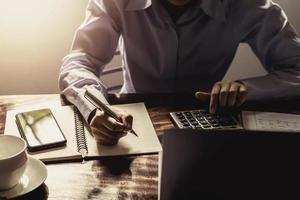 zakenman werken met rekenmachine foto