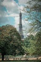 groene bomen in de buurt van de Eiffeltoren foto