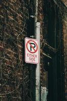 geen parkeerplaats aan beide zijden bord opknoping op de muur foto