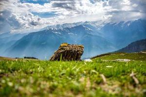 rotsblok op de voorgrond van berglandschap foto