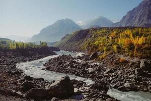 kronkelende rivier langs karakoram gebergte