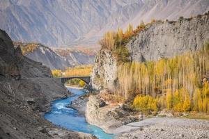 hunza rivier stroomt door karakoram gebergte. foto