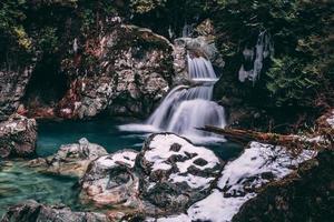 prachtige waterval in het besneeuwde landschap