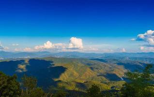 blauwe lucht en bergen foto