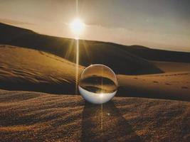 kristallen bol in de woestijn foto