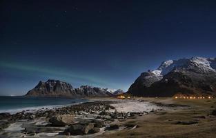 noorderlicht op het strand op de lofoten eilanden foto