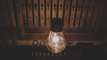 gloeilamp met lichtslingers binnen foto