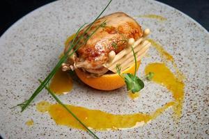 kwartel op sinaasappel in saus foto