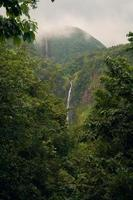 watervallen in de bergen