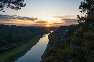 vogelvlucht van rivier tijdens zonsopgang