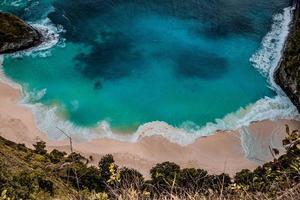 met uitzicht op een tropisch strand met turquoise wateren foto