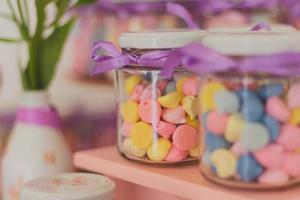 twee kleurrijke snoeppotten