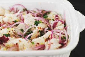 gesneden groenten in keramische kom foto
