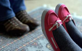 paar voeten ontspannen thuis foto