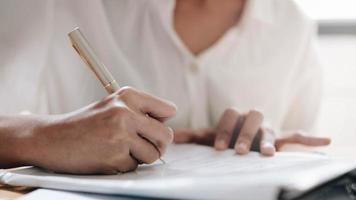 handen van jonge vrouwelijke schrijven dagplan foto